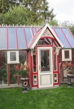 Das Gewächshaus fügt sich gut in den Garten sein.