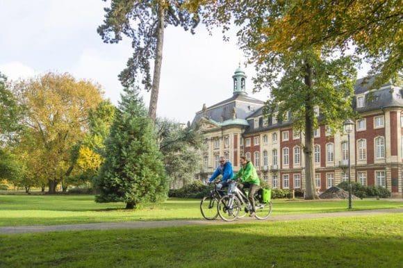 Moderne Friedensreiter vor dem Schloss in Münster