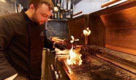 """Im Restaurant """"Zum Adler"""" gibt es leckeres Essen"""