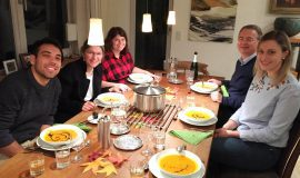 Dine with us: Studierende bei Familien