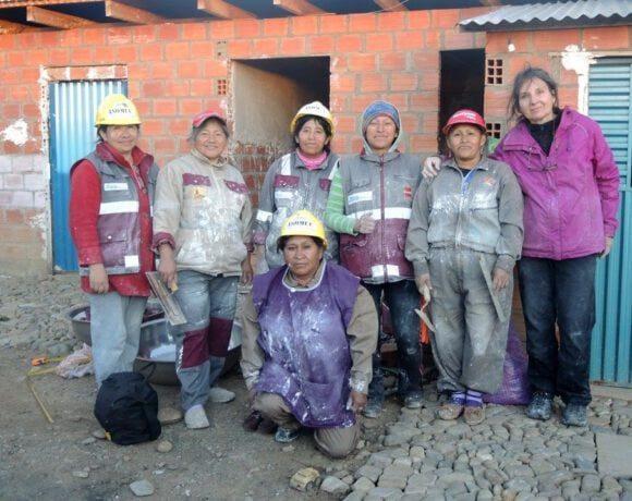 Keramik-Skulpturen zeigen die Arbeit von Bauarbeiterinnen