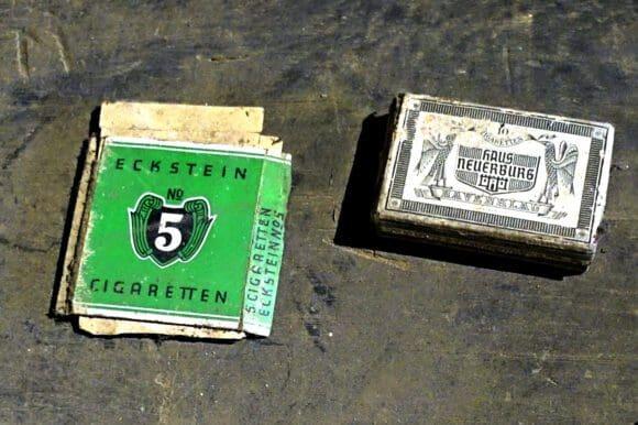 Überraschung im einstigen Bischof-Verlies - zu den Fundstücken gehörten Tabakwaren aus dem vergangenen Jahrhundert - Foto Bernadette Lange/Märkischer Kreis
