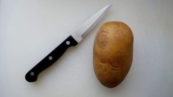Kartoffel und Messer werden benötigt um an der Netphener Zoom-Konferenz zum Frittenskulpturenschnitzen teilzunehmen. Symbolbild: tfw