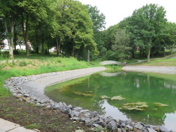 Der Schwanenteich nach der Entschlammung und Wiederherstellung des Uferhangbereiches. Foto: LWL/Weiß