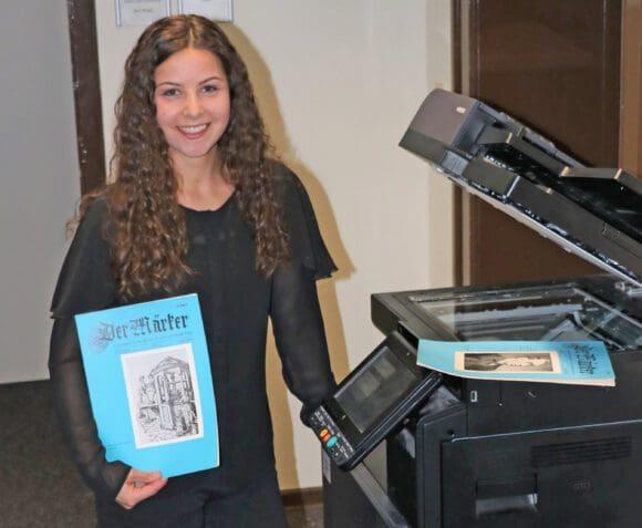 """Historikerin Franziska Müller vom Kreisarchiv scannt die alten Hefte des """"Märkers"""" ein. Foto: Ulrich Biroth/Märkischer Kreis"""