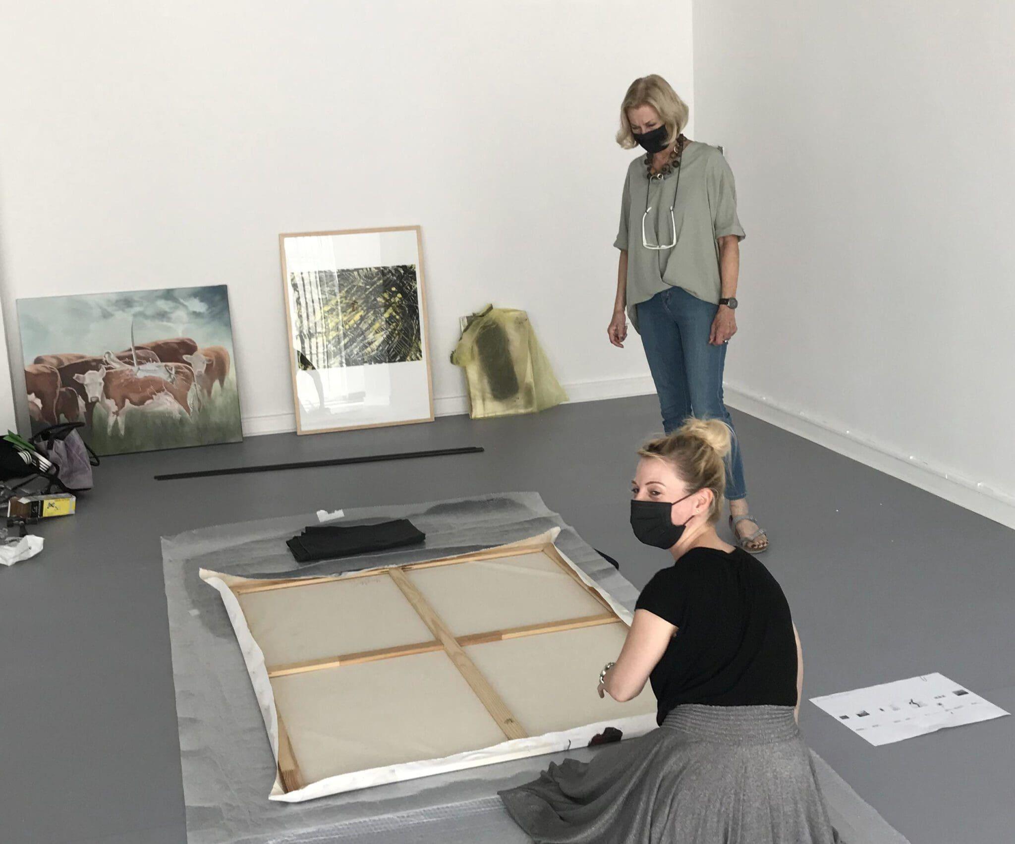 """Aufbau der Ausstellung """"Ver-rückt"""" in Siegens Städtischer Galerie Haus Seel - Foto ASK"""