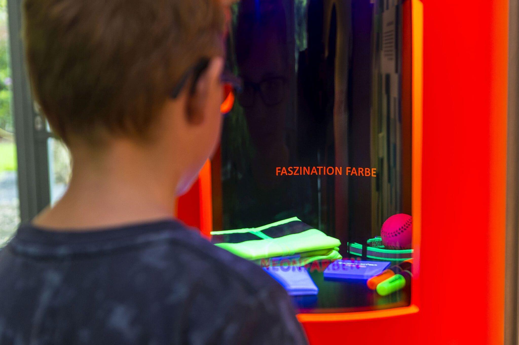 """In der Ausstellung """"Faszination Farbe"""" können Besucherinnen und Besucher die Wirkung von Neonfarben erleben - Foto Carl Bosch Museum"""