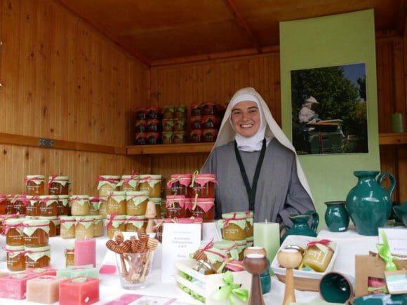 Buntes Marktgeschehen im Kloster Dalheim
