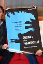"""Joseph Trafton und Richard van Gemert mit """"Godzilla trifft Frankenstein""""-Plakat - Foto Yuliana Falkenberg"""