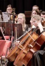"""Das Märkische Jugendsinfonieorchester und die Philharmonie Südwestfalen spielen in ihrem Konzert """"Maske in Blau"""" bekannte Melodien - Foto Christoph Haupt/ Philharmonie Südwestfalen"""