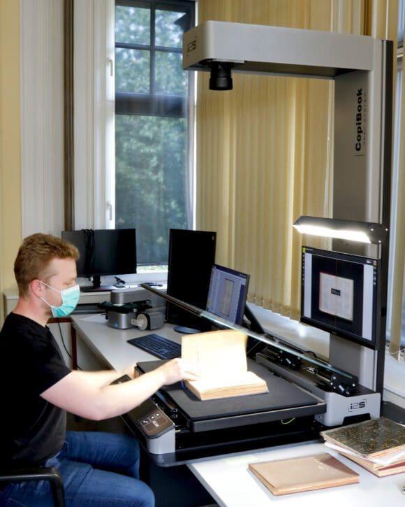 Bibliothekar Heye Bookmeyer präsentiert die Funktionalität des 22.500 Euro teuren neuen Geräts - Foto Ulla Erkens / Märkischer Kreis