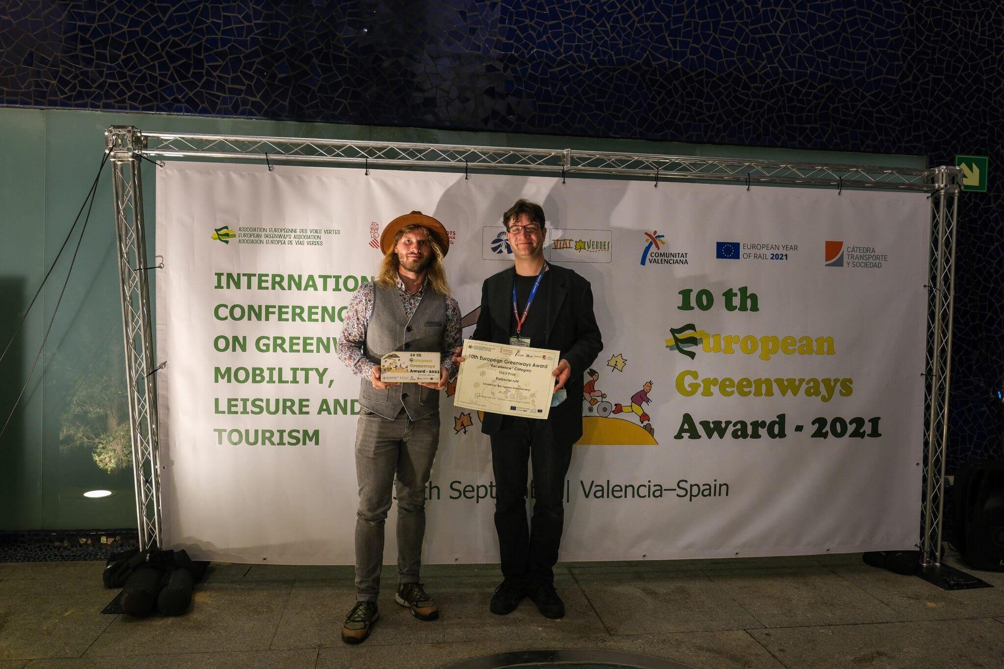 Pascal Tönnissen (RTG) und Grischa Schilgen-Begaß (RVR) nehmen in Valencia den European Greenways Award entgegen - Foto RTG / Tönnissen